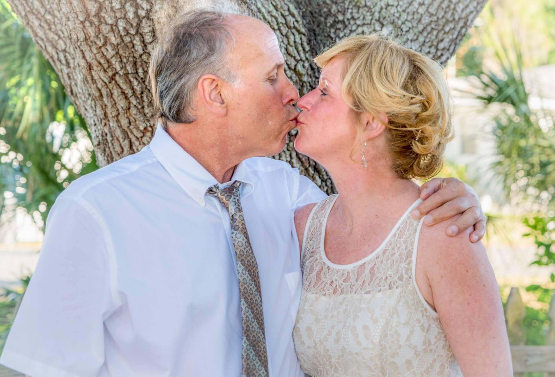 高齢カップルのキス