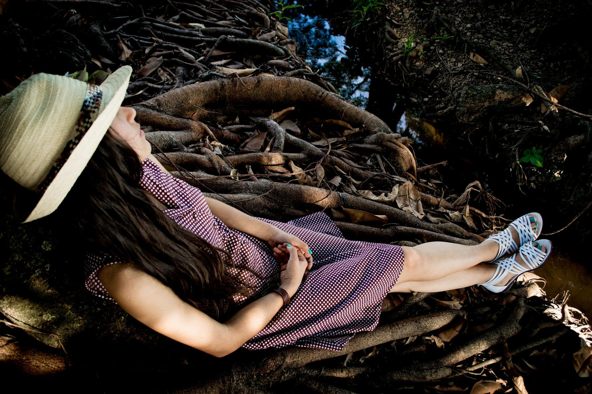 森で眠る女性