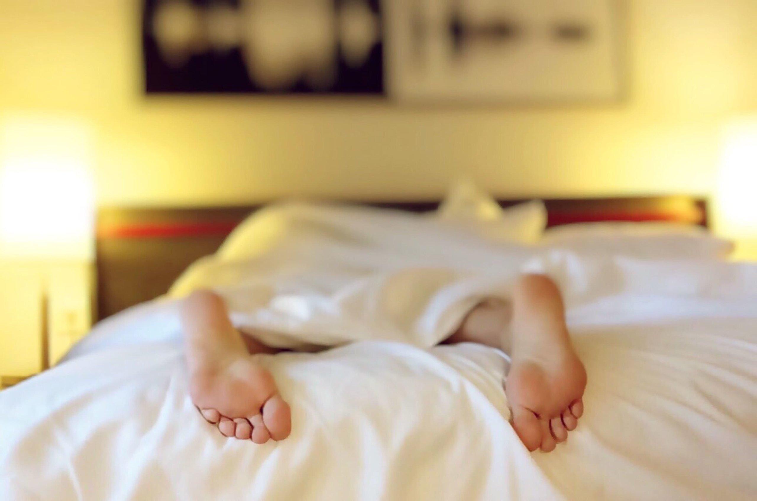 ベッドからはみ出る足