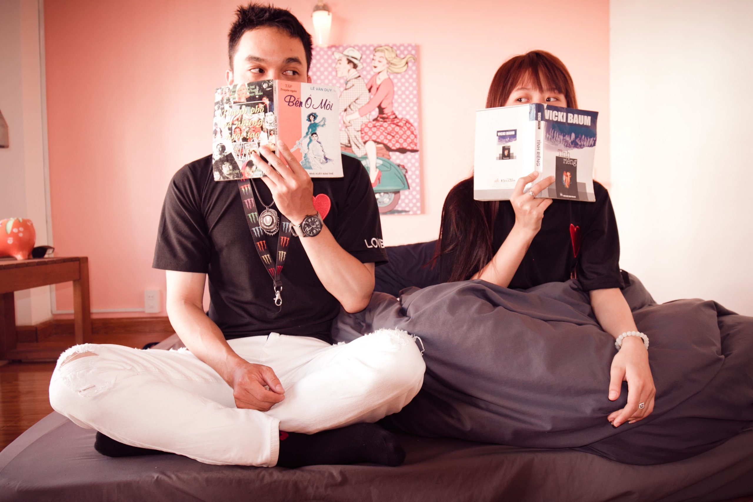 互いに本を読むカップル