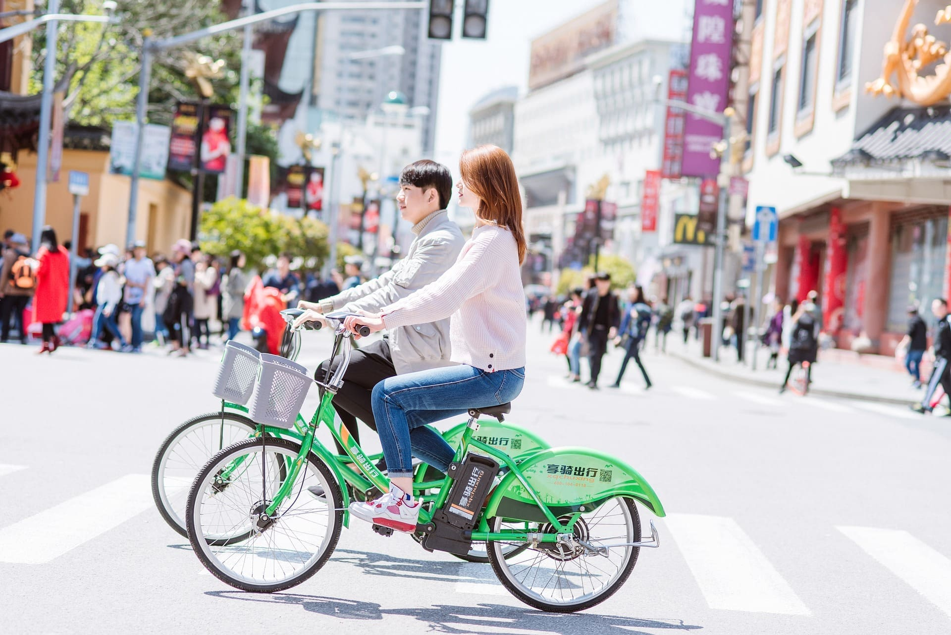 自転車デートするカップル