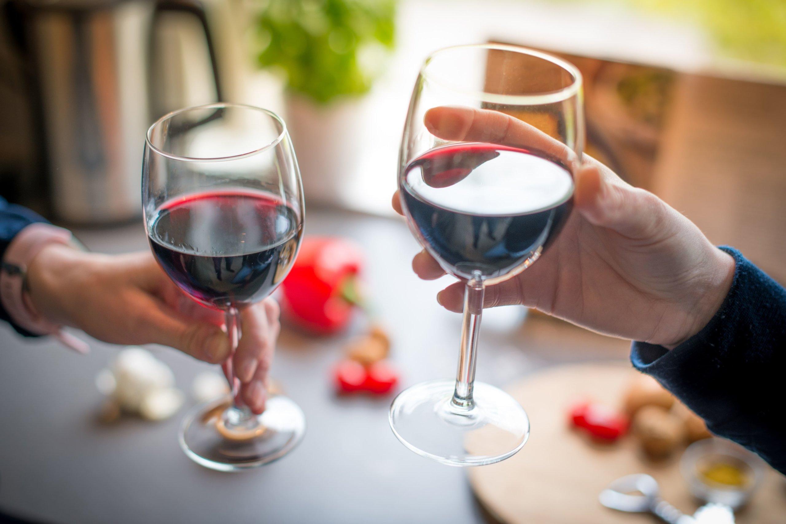 赤ワインで乾杯する場面