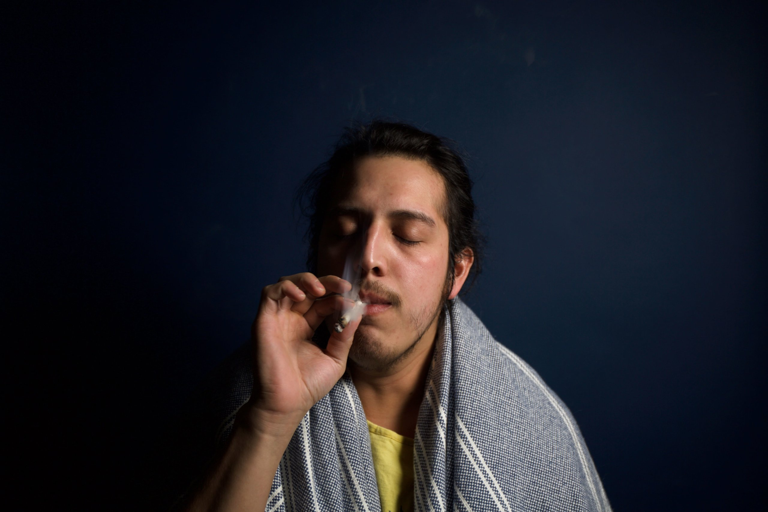 気持ち良さそうに大麻を吸う男性