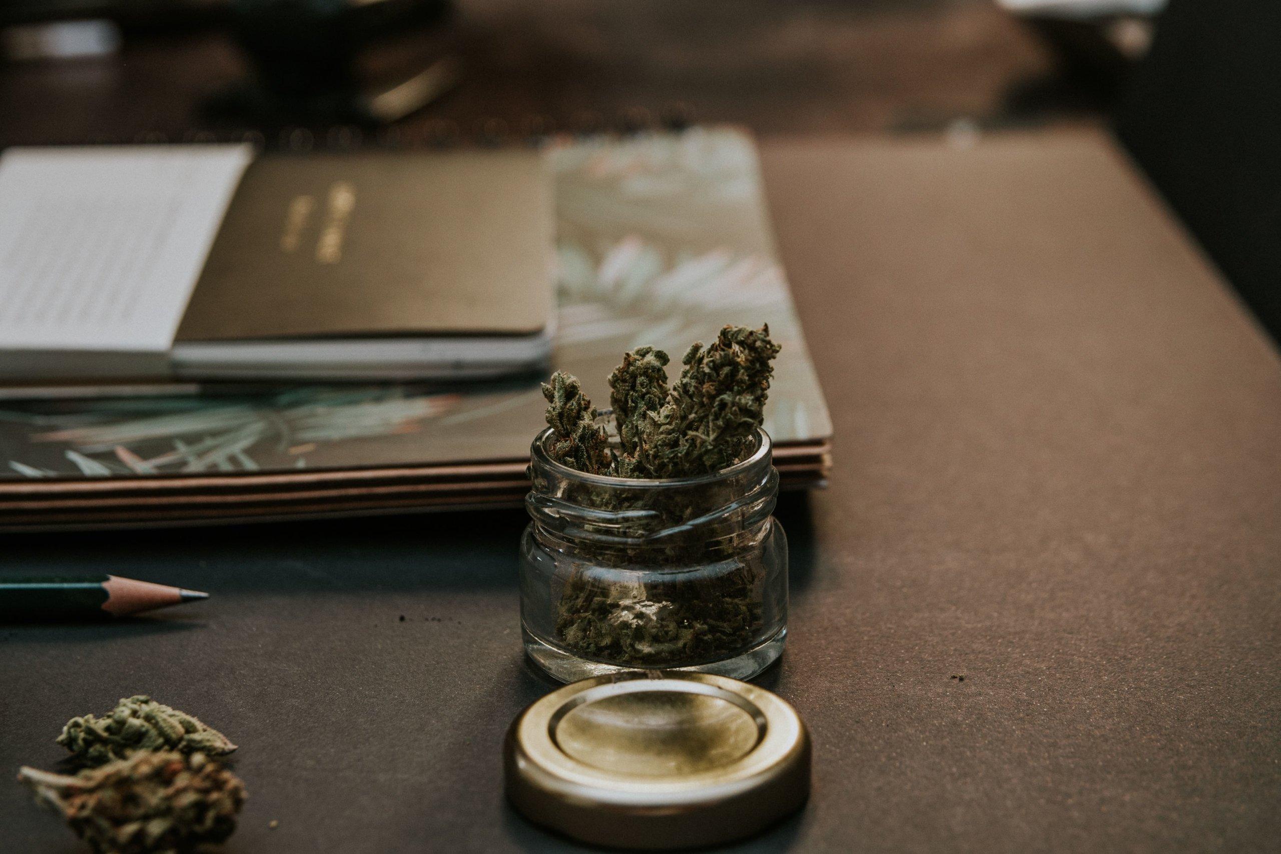 机の上の大麻